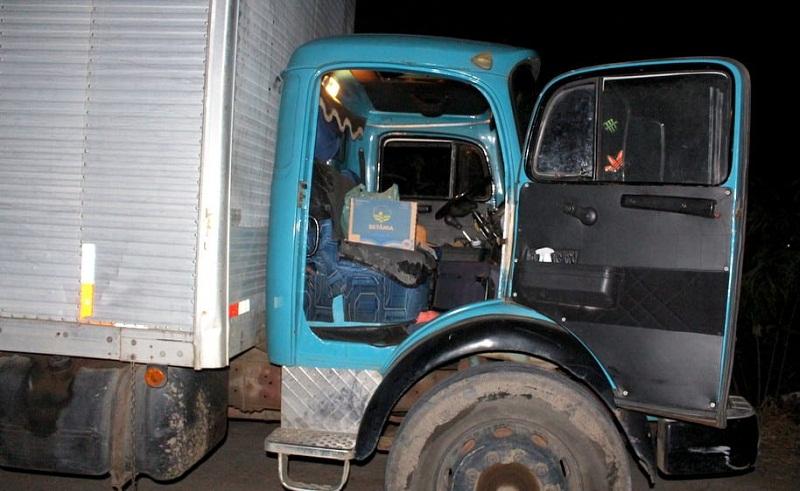 Caminhão de Paulo Dias de Souza, 52 anos porto em madeireira em Eunápolis
