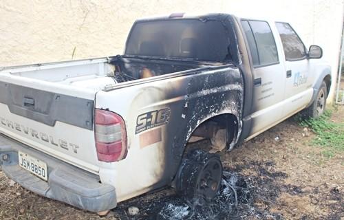 Veículo da ADAB é incendiado em Itapetinga - BA