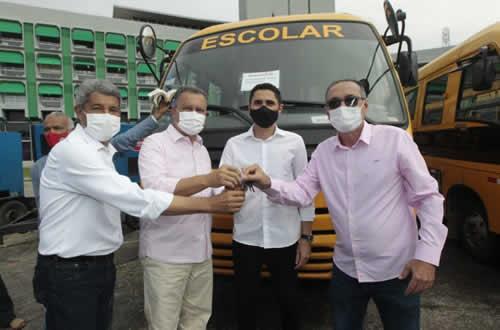 Governador Rui entrega ônibus escolares para 43 municípios baianos