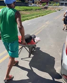Homem passa mal, cai na rua e é levado para hospital em carrinho de mão em Ilhéus – BA
