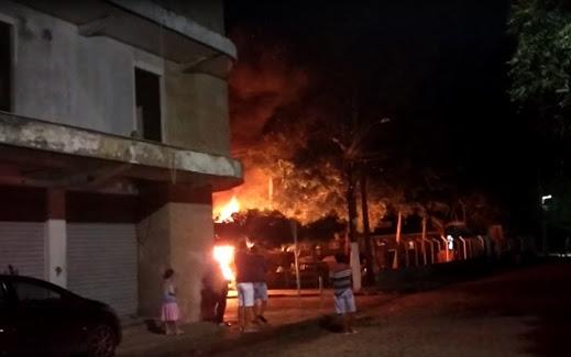Incêndio em pátio de delegacia no interior da Bahia atinge cerca de 40 veículos