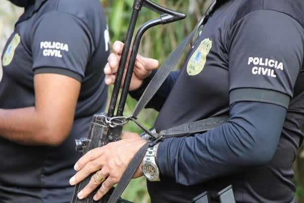 Mulher com mandado de prisão em aberto por roubo é presa durante enterro do pai em Ribeira do Pombal – BA