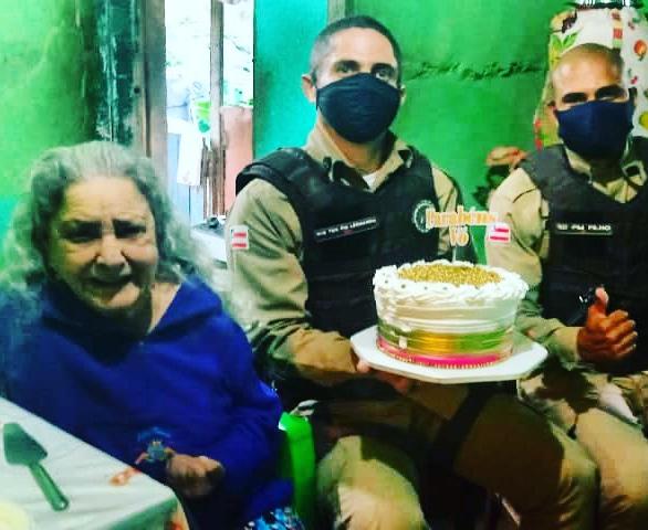 Policia militar de Itororó homenageia idosa pelo seu aniversário