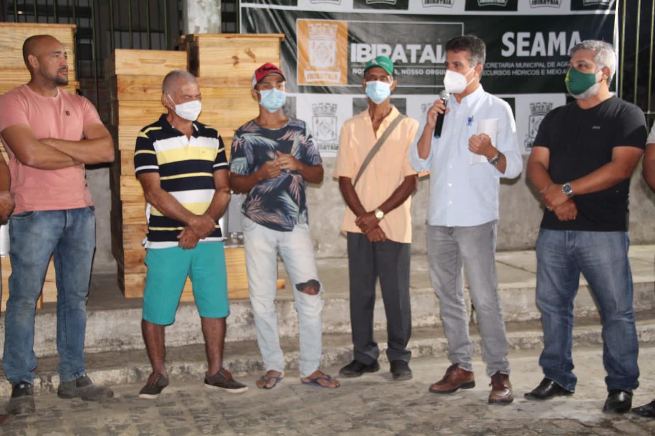entrega de kits apicultura para produtores de mel em Ibirataia Bahia