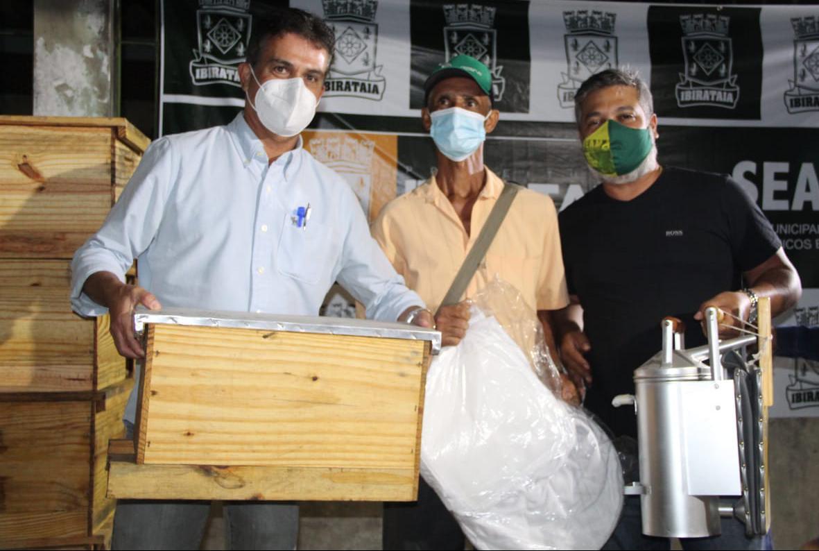 Secretaria de Agricultura entrega kits apicultura para produtores de mel – Ibirataia Bahia
