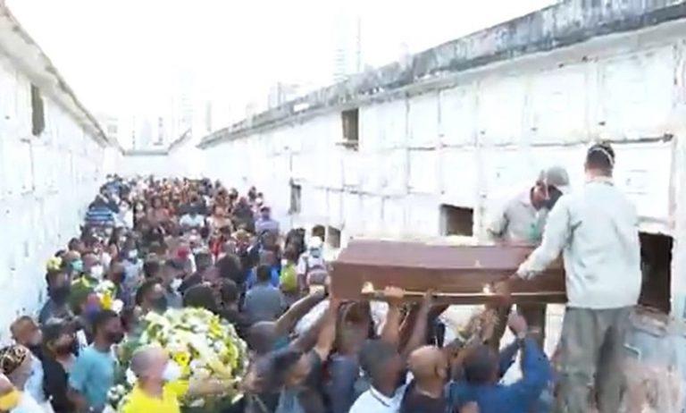 Corpo de homem morto a tiros por idoso de 98 anos é enterrado em Salvador