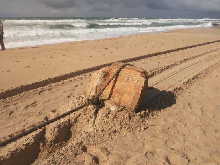 Mistério em Salvador Bahia, caixas apareceram na Praia do Flamengo, no bairro de Stella Maris